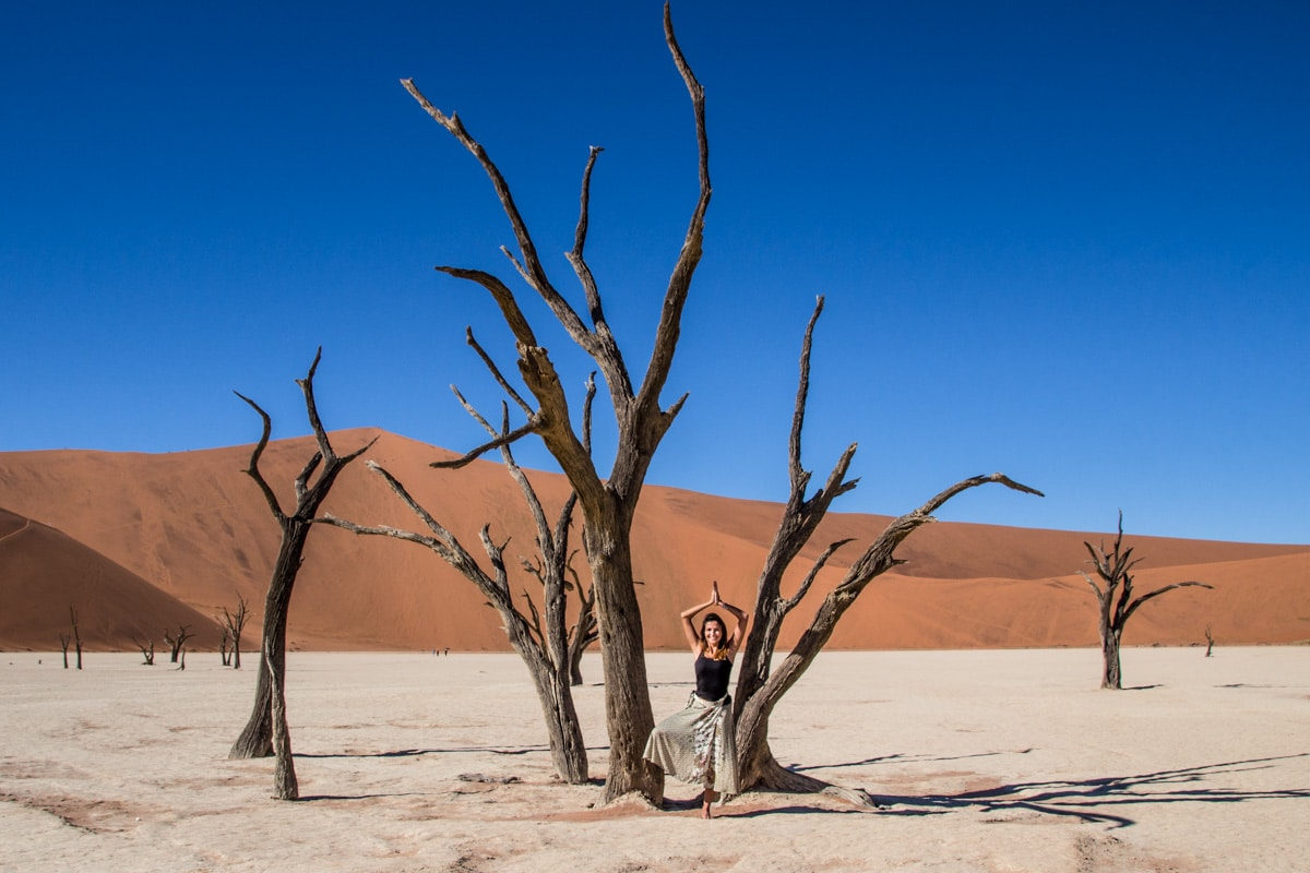 mulher no Deadvlei Namibia