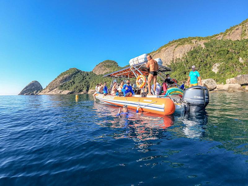 """Embarcação """"Descubra Alcatrazes"""" em atividade"""