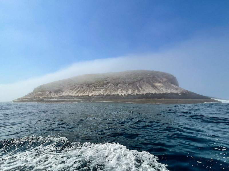 Ilha da Sapata e alvo de tiro pintado na parte direita da pedra