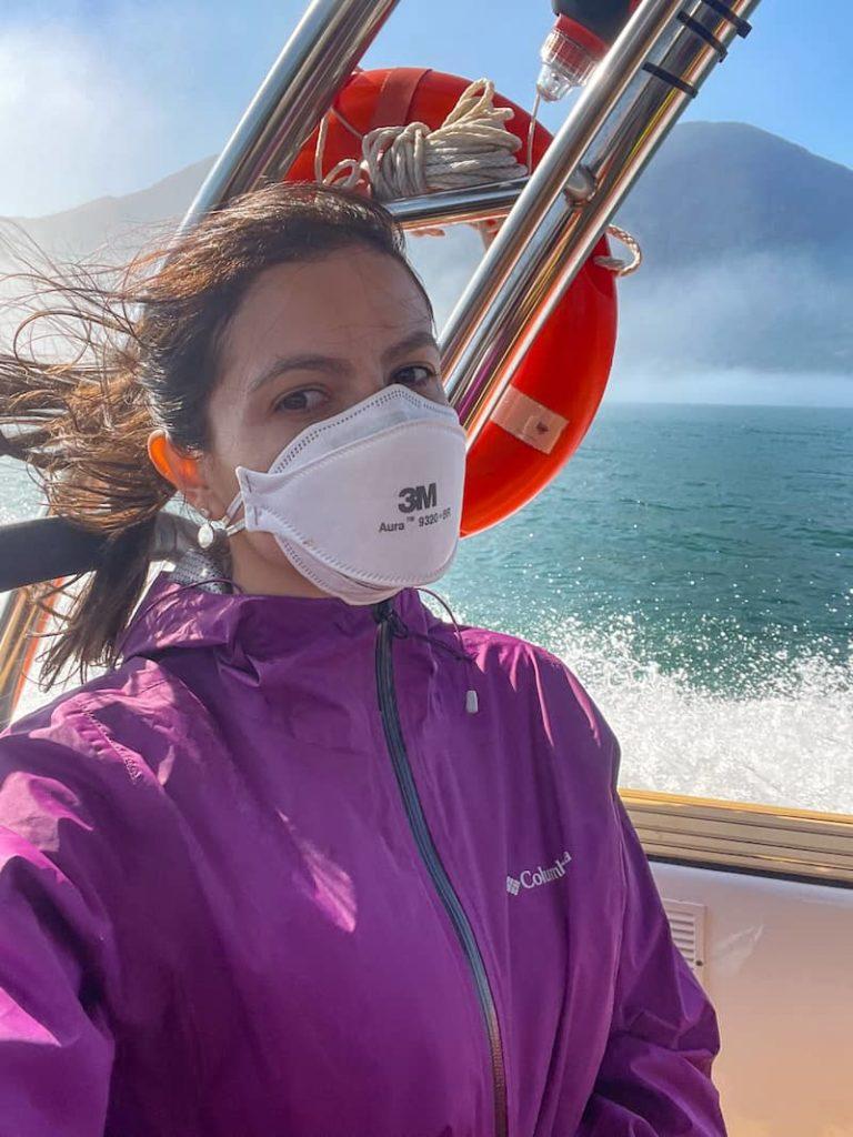 Mulher vestindo jaqueta impermeável e corta vento. O que levar para Alcatrazes SP