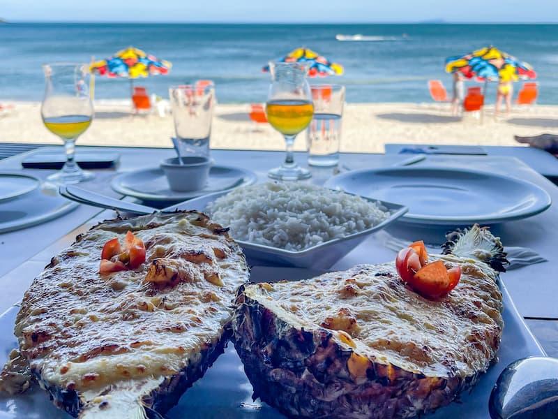 Camarão no abacaxi no Badaue Maresias - um dos melhores lugares para comer em Maresias
