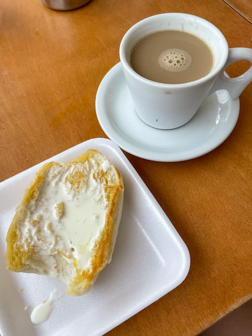 Pão com requeijão no café da manhã na padaria Elite