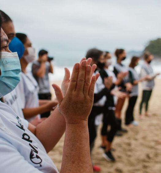 Worldpackers Brasil: O que é e como funciona - Voluntários em ação de limpeza de praias